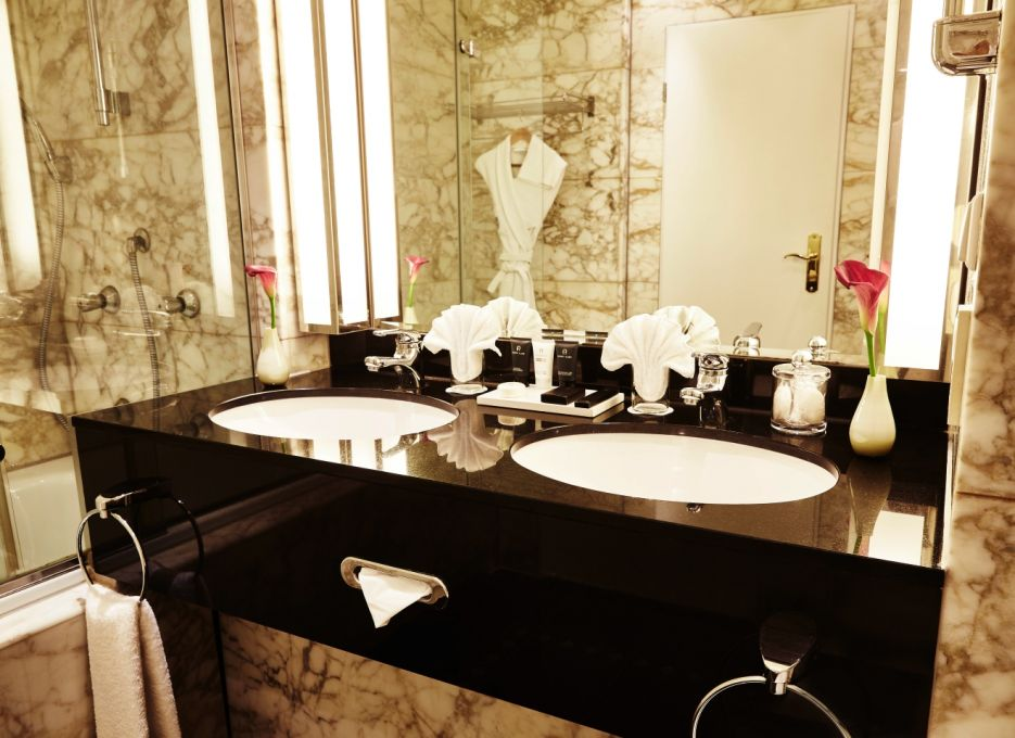 Hotel room in Frankfurt, Steigenberger Frankfurt Hof, Deluxe room bathroom